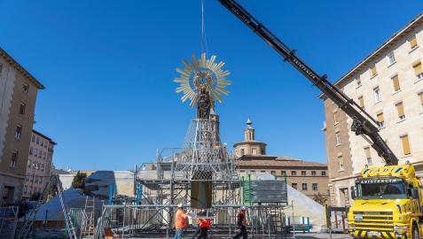 Este sábado por la mañana se ha instalado la estructura de la virgen de El Pilar, destinada a la ofrenda de flores