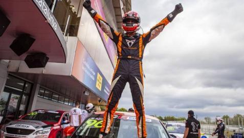 Mikel Azcona celebra su segundo título del TCR Europa tras lograr la primera posición en Barcelona