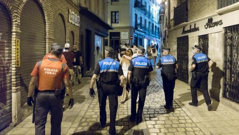 Agentes de la Policía Local y de la Foral desalojan a jóvenes de la calle Concarera para hacer cumplir el toque de queda el pasado mes de julio
