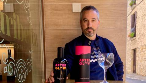 Javier Imízcoz posa en el Txuribeltz, el bar de Aoiz donde se hizo el pasado día 2 la fiesta de presentación