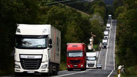 Camiones circulando por la N-121 cerca de las Ventas de Arraitz