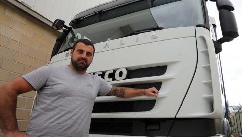 Andoni Berastegi posa junto a su camión