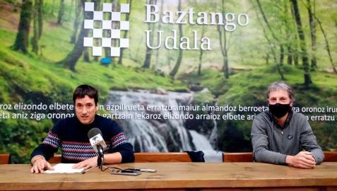 El titular municipal del área de Turismo, Xabier Torres; y el alcalde de Baztan, Joseba Otondo