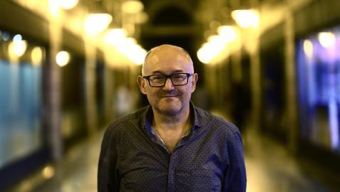 José Luis Rebordinos el pasado martes junto a los cines Golem Baiona, donde presentó la película Benediction de Terence Davies.