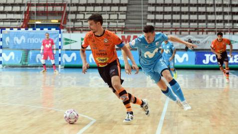 El capitán del Aspil-Jumpers, David García, conduce el balón ante la presión del jugador del Movistar Inter Pol Pacheco