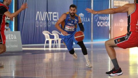 El base del Marbella, Adrián Fuentes, que jugó en el BNC, conduce el balón ante García y Treviño
