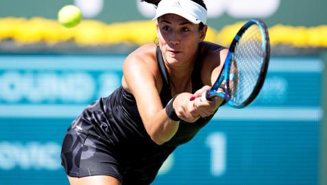 Garbiñe Muguruza se estira para devolver una pelota de la australiana Ajla Tomljanovic en Indian Wells