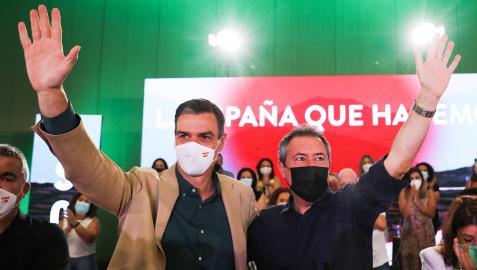 El secretario general del PSOE y presidente del Gobierno, Pedro Sánchez (izda.); junto al candidato socialista a la Presidencia de la Junta, Juan Espadas, en un acto en Sevilla el pasado mes de julio