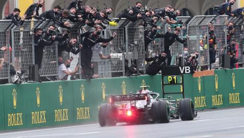 Celebración del equipo Mercedes tras el triunfo de Valteri Bottas en Turquía