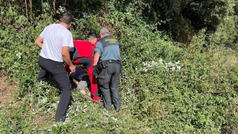 Rescate de Antonio San Martín, vecino de Abárzuza de 86 años, del zarzal donde se cayó el pasado 25 de septiembre. Fue hallado al día siguiente