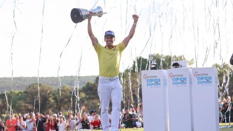Rafa Cabrera celebra la victoria tras la última jornada del Abierto de España de Golf