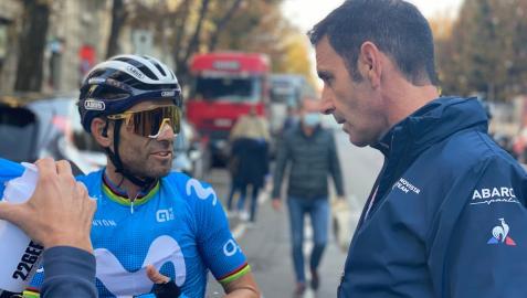 Alejandro Valverde dialoga con Patxi Vila tras el Giro de Lombardía, donde hizo quinto