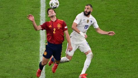 El navarro César Azpilicueta trata de controlar un balón ante la mirada de Benzema