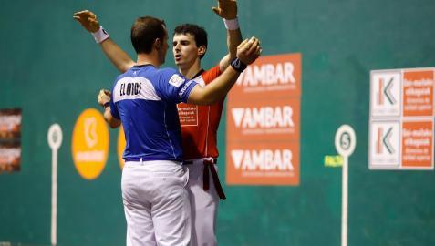 Jokin Altuna abraza a a Aitor Elordi después del partido del domingo en el Astelena. El vizcaíno hizo sufrir al campeón
