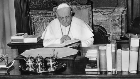 El Papa Juan XXIII, en su despacho