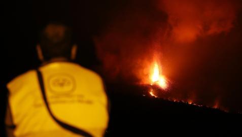Un hombre observa la actividad del volcán de La Palma este domingo, 10 de octubre