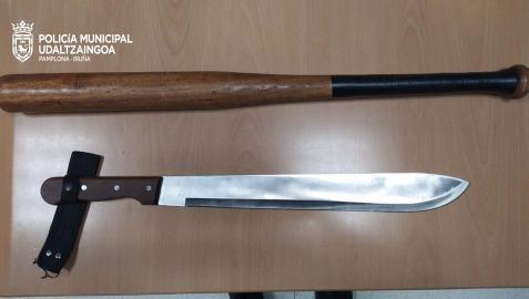 Un bate de béisbol y un machete decomisados por la Policía Municipal de Pamplona este fin de semana