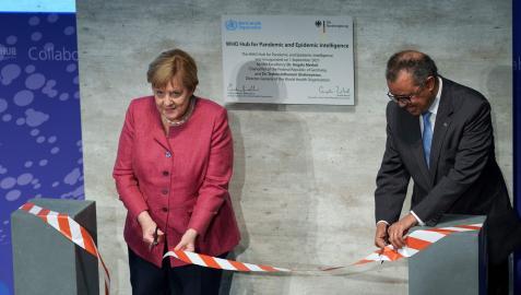 """Tedros Adhanom Ghebreyesus, director general de la Organización Mundial de la Salud (OMS), y Angela Merkel inaugurando el """"WHO Hub for Pandemic and Epidemic Intelligence"""""""