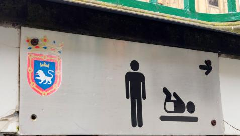 Placa identificativa de los aseos públicos