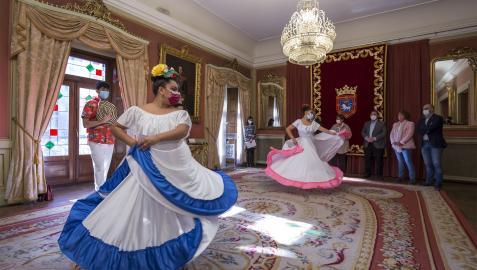 Bailes en el Ayuntamiento de Pamplona con motivo del 12 de octubre