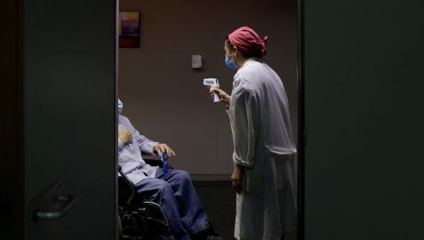 Una sanitaria atiende a un paciente en el Hospital Provincial de Castellón