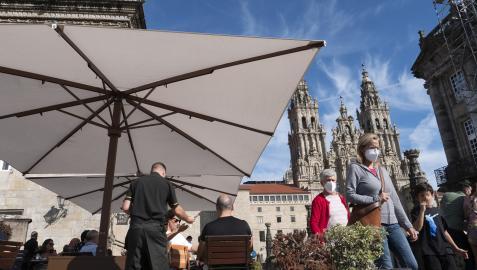 Clientes en la terraza de un bar, en la plaza del Obradoiro de Santiago de Compostela