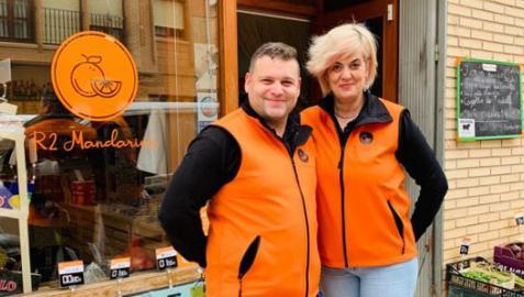 Rubén García y Raquel Vitores, ante su tienda de alimentación