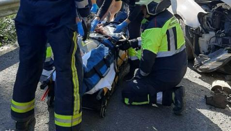 Sanitarios y bomberos, con uno de los heridos