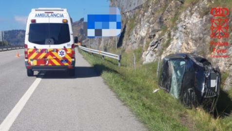 El vehículo, volcado tras salirse de la vía