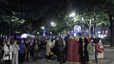 Numerosos fieles participaron en el Rosario de Cristal por el Paseo de Sarasate, a las nueve de la noche de ayer. En la imagen, el paso de uno de los misterios