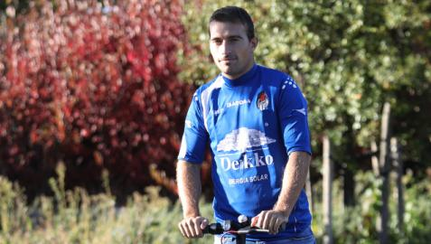 Fermín Úriz, montado en su patinete, se vistió este lunes con la camiseta del primer partido que jugó con la Peña Sport en el año 2009