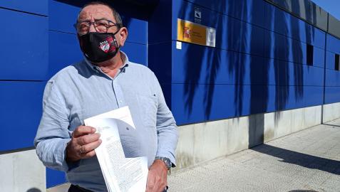 El presidente de la S.D. Nueva Montaña, Mateo Sainz, muestra la denuncia presentada por los insultos a la jugadora de Osasuna B