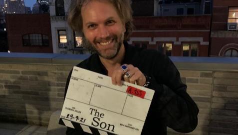 El director Florian Zeller con la claqueta de 'The Son' tras finalizar el rodaje