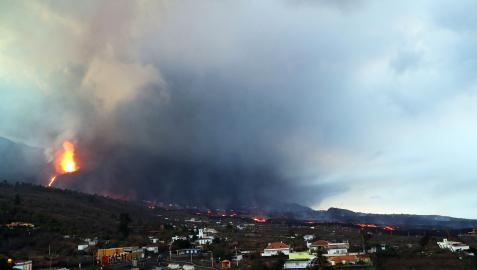 Vista del volcán de La Palma en la madrugada de este martes, 12 de octubre