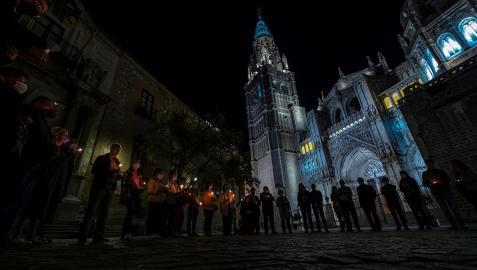 Un grupo de feligreses ante Catedral Primada de Toledo rezan el rosario como reacción tras el polémico videoclip