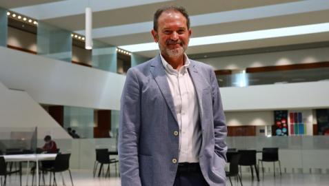 Rafael Torres Sánchez, en el vestíbulo del Edificio Amigos de la Universidad de Navarra