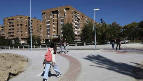 La nueva zona ya conecta el campus universitario con la plaza Félix Huarte a través de un paso de peatones semaforizado