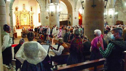 Primeras jotas durante la misa baturra de ayer en la iglesia de Santiago de Sangüesa