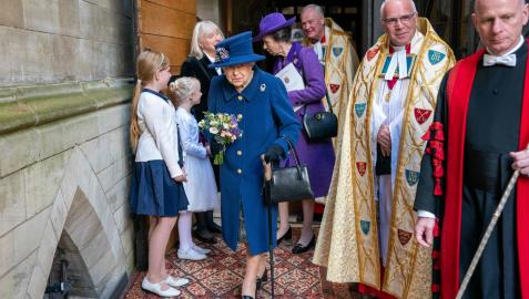 La reina Isabel II del Reino Unido apareció este martes usando un bastón por primera vez en un acto público, al asistir a un servicio religioso en la abadía de Westminster