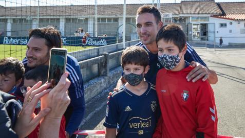 Juan Cruz y Unai García fueron dos de los jugadores que se acercaron a la zona donde les esperaban jóvenes aficionados para una fotografía