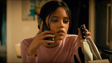 Fotograma cedido por Paramount Pictures donde aparece Jenna Ortega como Tara durante una escena de la película de terror 'Scream'