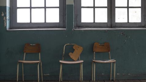 Sillas abandonadas en un colegio sin alumnos