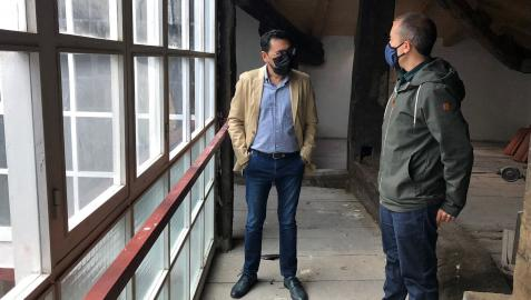 El director general de Administración Local y Despoblación, Jesús Mª Rodríguez, y el alcalde de Leitza, Mikel Zabaleta, durante la visita a la casa consistorial de la localidad