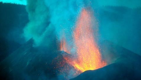 Vista del volcán de La Palma en la madrugada de este martes