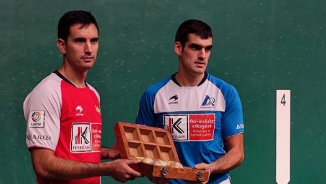 Elección de material de Mikel Urrutikoetxea y Joseba Ezkurdia para la segunda jornada de cuartos del Cuatro y Medio