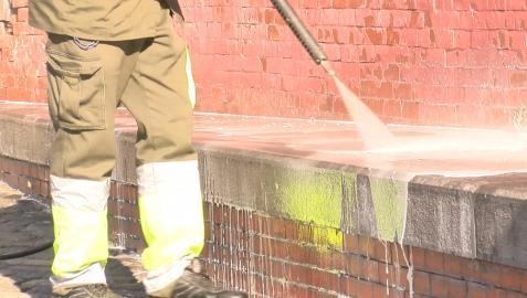 Un operario realiza labores de limpieza en Pamplona