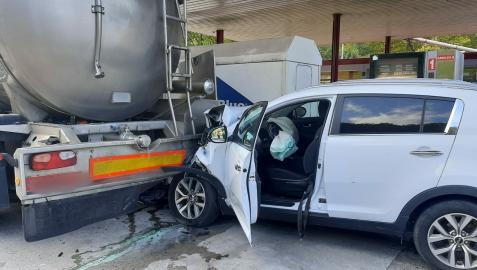 El vehículo se ha empotrado contra el camión cisterna