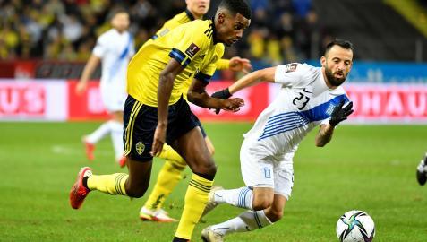 Alexander Isak, autor de un gol y al que hicieron un penalti, conduce el esférico contra Grecia en el triunfo de Suecia que les coloca líderes del Grupo B para el Mundial de Catar 2022