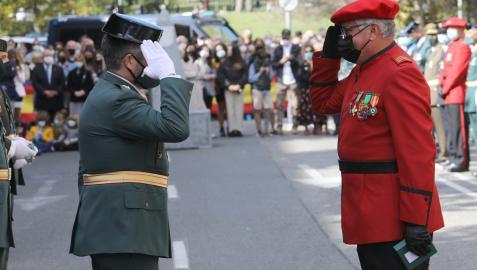 Agustín Hernández, jefe de Tráfico de la Guardia Civil, saluda al jefe de la Policía Foral, Juan Carlos Zapico, durante el 12 de octubre en Pamplona