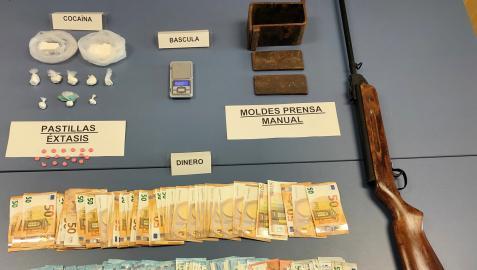 Droga, dinero y armas incautadas al detenido